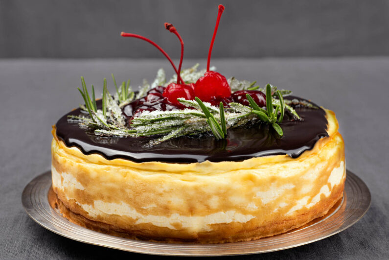 Sernik z czekoladą i wiśniami